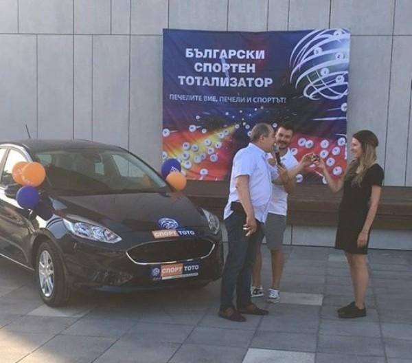 В Несебър двама души получиха ключовете от новите си автомобили